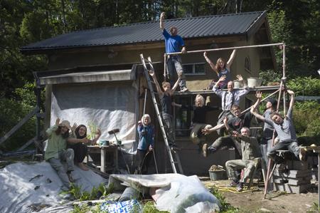 Glada och nöjda poserar alla inblandae för gruppfoto.